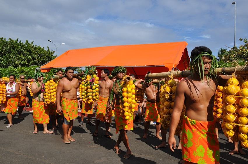 Défilé des porteurs d'oranges et des associations de PUNAAUIA